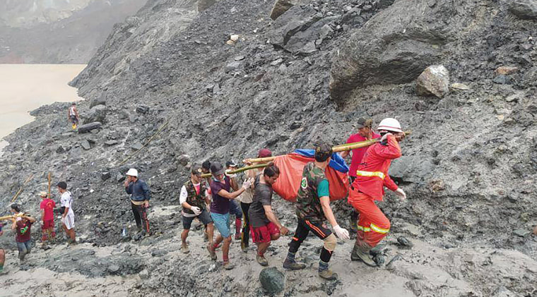 Image: Rescuers carry a recovered body of a victim of a landslide from a jade mining area in Hpakant, Kachine state, northern Myanmar