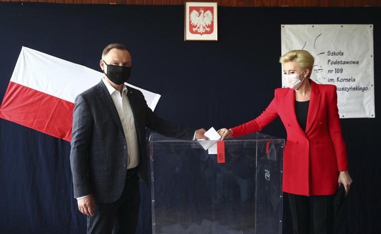 Фото: действующий президент Анджей Дуда и кандидат на выборах в президенты Польши, а также первая леди Агата Корнхаузер-Дуда проголосовали на избирательном участке в их родном городе Кракове, Польша,