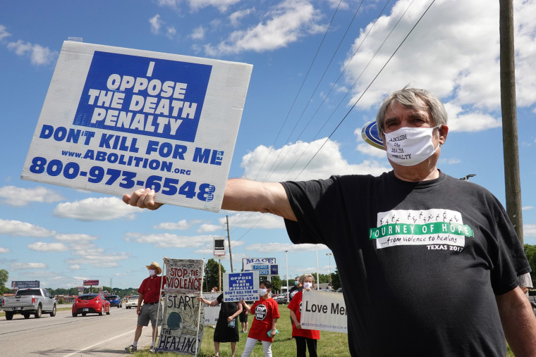 Image: Bill Pelke of Anchorage, Alaska expresses his opposition to the death penalty during a protest near the Federal Correctional Complex where Daniel Lewis Lee is scheduled to be executed