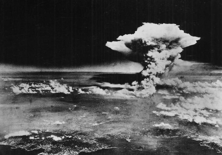 Изображение: грибовидное облако примерно через час после взрыва ядерной бомбы над Хиросимой 6 августа 1945 года.