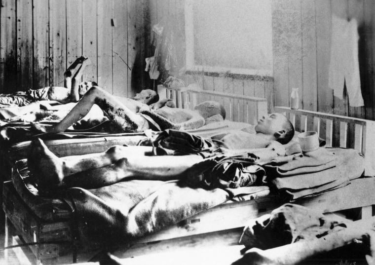 Выжившие после взрыва атомной бомбы в Хиросиме 1945 года страдают от воздействия радиации.  Фотография МККК.