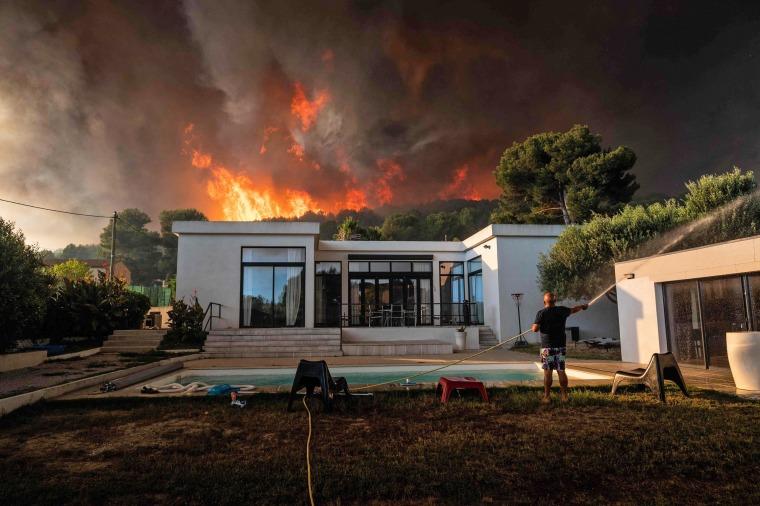 Image: TOPSHOT-FRANCE-FIRE