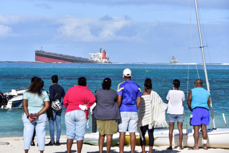 Image: CORRECTION-MAURITIUS-ENVIRONMENT-POLLUTION-SHIPPING