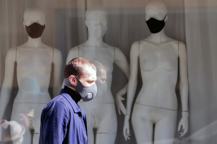 A man wears a mask with a valve in Berlin