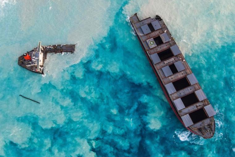 Image: TOPSHOT-MAURITIUS-ENVIRONMENT-DISASTER-OIL