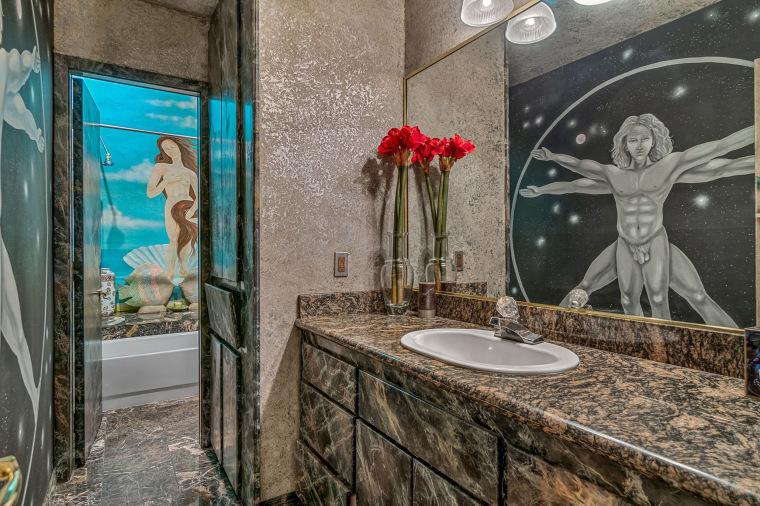 """Các bản sao của """"Vitruvian Man"""" của Leonardo da Vinci và """"Sự ra đời của thần Vệ nữ"""" của Sandro Botticelli được trang trí trong một phòng tắm."""