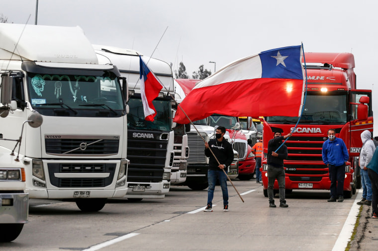 Image: Truck drivers protest Chile