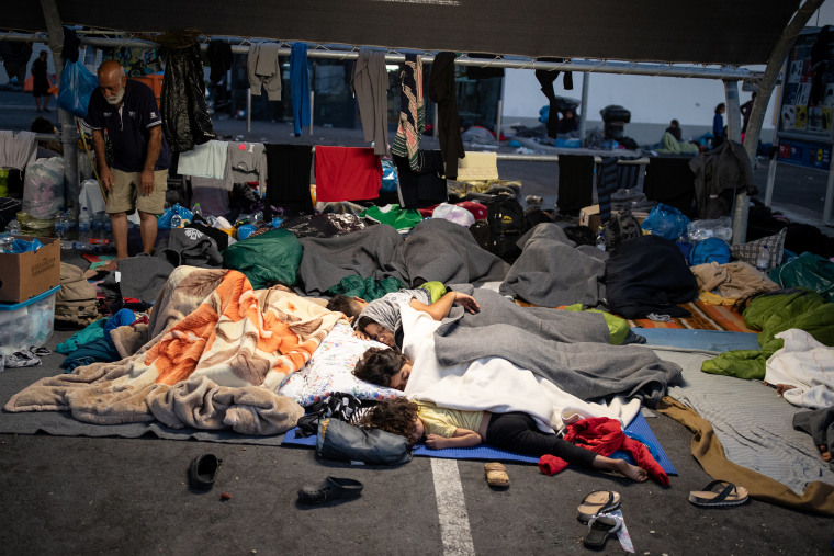 Image: Refugees and migrants from the destroyed Moria camp sleep at the parking space of a supermarket, on the island of Lesbos