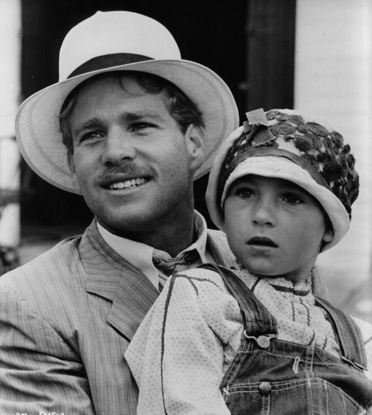"Ryan O'Neal detém Tatum O'Neal numa cena do filme Paper Moon, em 1973.'Neal holds Tatum O'Neal in a scene from the film ""Paper Moon,"" in 1973."
