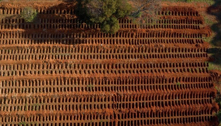 Image: TOPSHOT-BRAZIL-HEALTH-VIRUS-CEMETERY