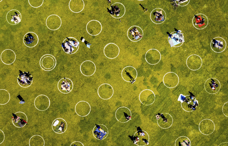 Image: Circles designed to help prevent the spread of the coronavirus by encouraging social distancing line San Francisco's Dolores Park