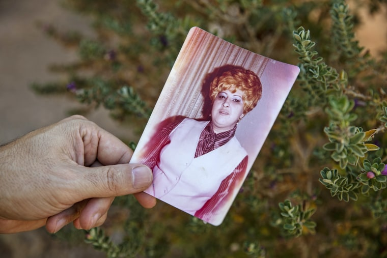 Rodolfo Le?n holds a photo of his mother, Petronila Maria Le?n, who died on April 10. She was 75.