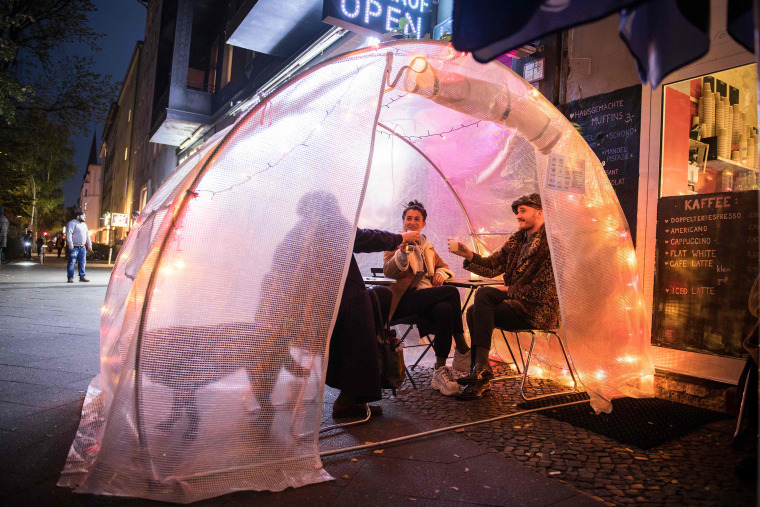 Image: Guests sit in small greenhouse as a protection measure against the coronavirus (Covid-19) at a coffee shop and bar in Berlin
