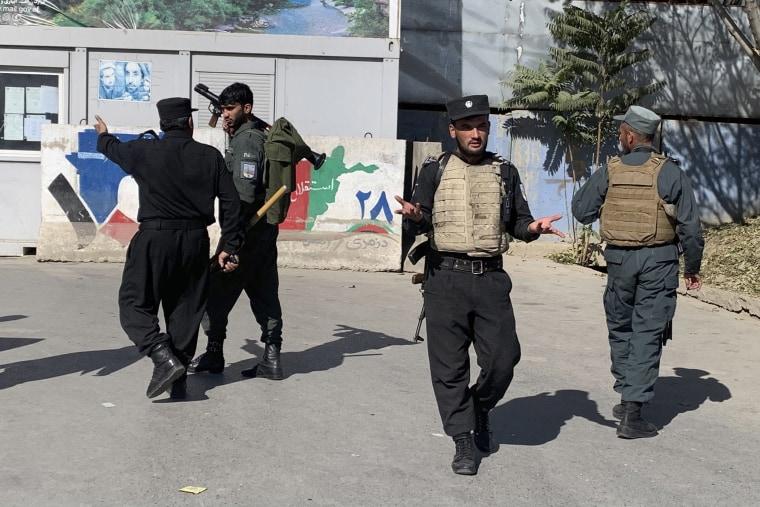 Image: Afghan police arrive at Kabul University