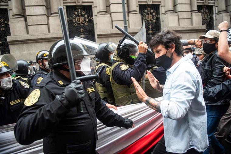 Image: *** BESTPIX *** TOPSHOT-PERU-POLITICS-CRISIS-VIZCARRA-IMPEACHMENT