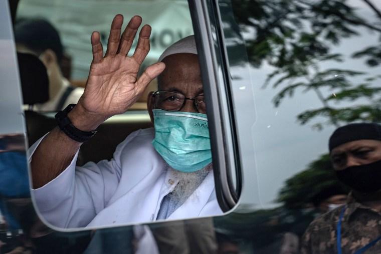 Image: Muslim cleric Abu Bakar Ba'asyir, 82, in a car waves as he arrive at his home at the al-Mukmin Islamic boarding school in Ngruki