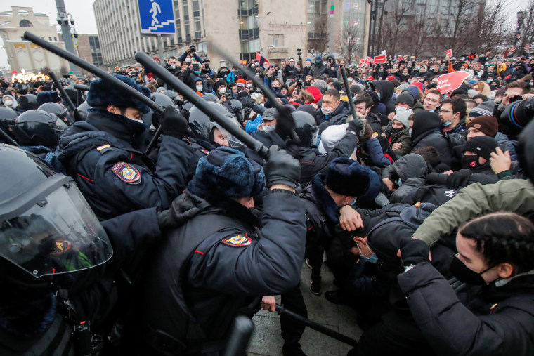Image: Navalny supporters protest his arrest, in Moscow