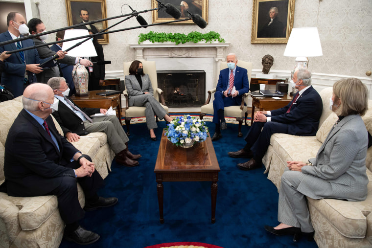 Image: Meeting on infrastructure investment at the Oval Office of the White House in Washington