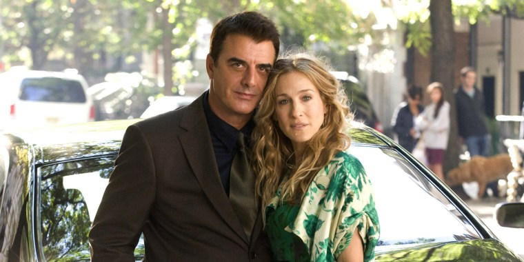 """Chris Noth and Sarah Jessica Parker on the set of """"Sex and the City"""" in a romantic pose"""