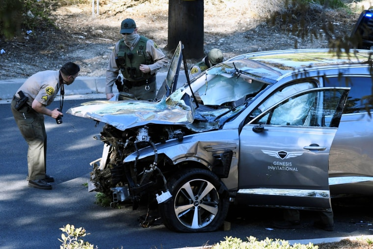 Image: The vehicle of golfer Tiger Woods is recovered in Los Angeles