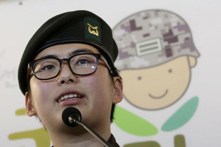 الرقيب بالجيش الكوري الجنوبي بيون هوي سو يتحدث خلال مؤتمر صحفي في مركز حقوق الإنسان العسكرية في كوريا الجنوبية في سيول.