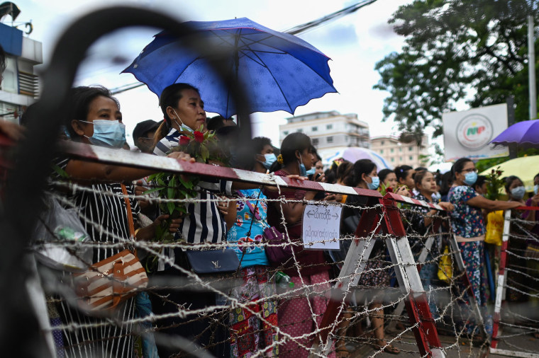 Image: Relatives wait in front of Insein prison for the release of prisoners in Yangon, Myanmar