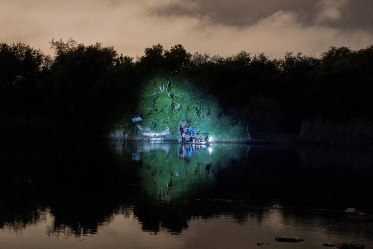 Image: Asylum-seeking migrants cross the Rio Grande river in Roma, TX