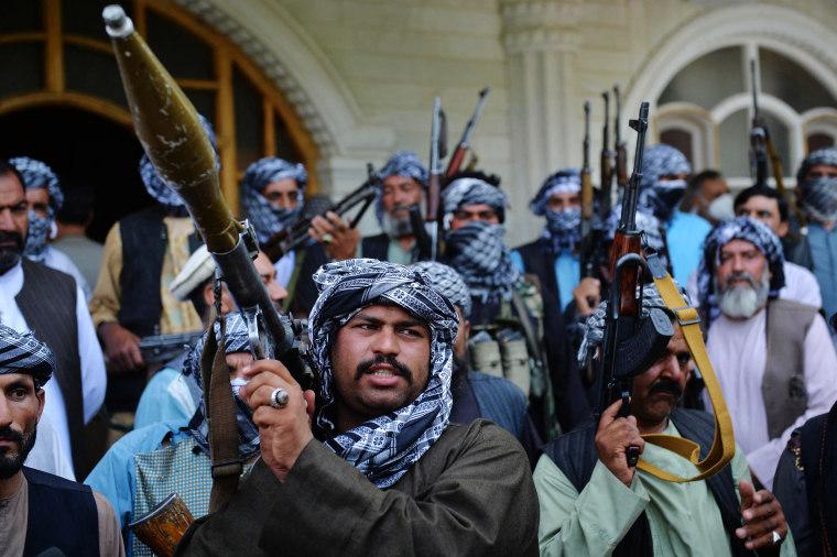 أعضاء الميليشيات يتجمعون في منزل أمير الحرب الأفغاني وزعيم المجاهدين السابق إسماعيل خان في هرات ، أفغانستان ، في 9 يوليو 2021.