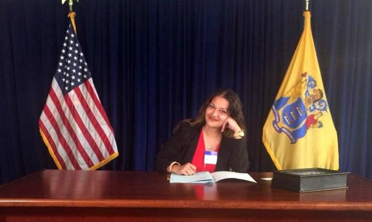 Naila Amin en la firma del proyecto de ley que prohibió el matrimonio infantil en Nueva Jersey en 2018.