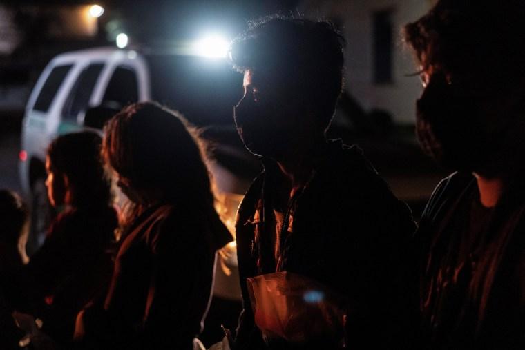 Image: Asylum-seeking migrants cross the Rio Grande river in Roma