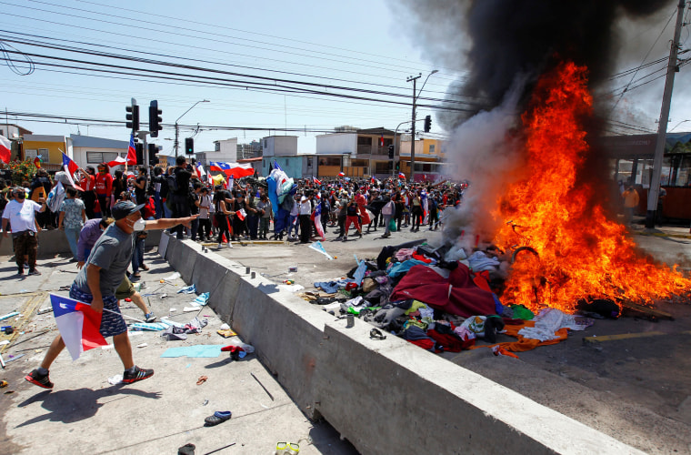Image: Chileans take part in a rally against the migrants in Iquique