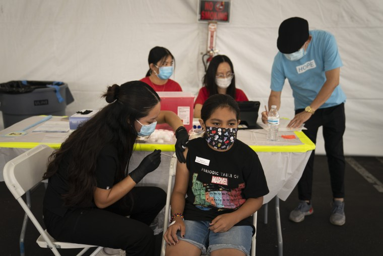 Mayra Navarrete, de 13 años, recibe la vacuna contra el COVID-19 de Pfizer en Orange, California, en agosto de 2021.