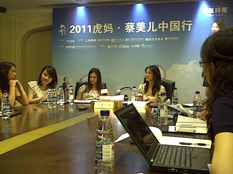 Amy Chua (right) and her daughters meet with Chinese reporters in Beijing.
