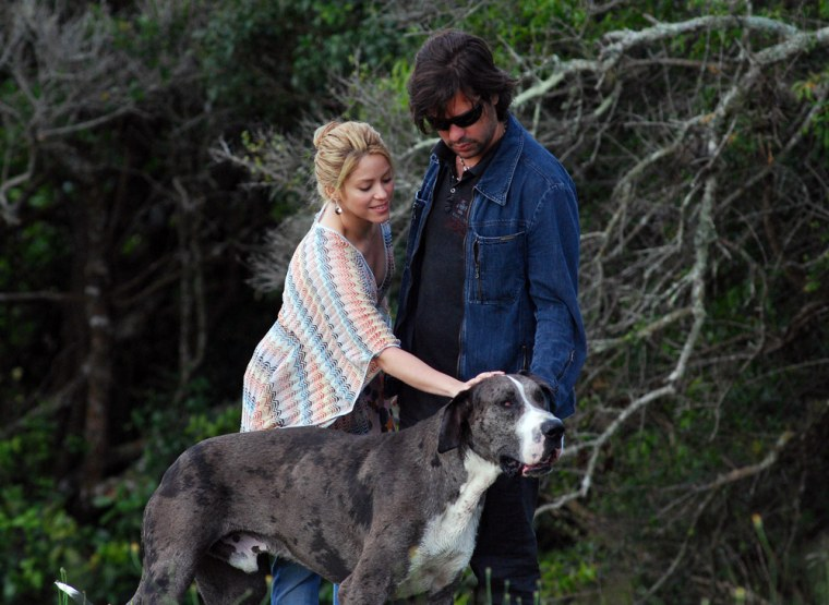 Shakira and her then-boyfriend Antonio de la Rua with their dog in 2009.