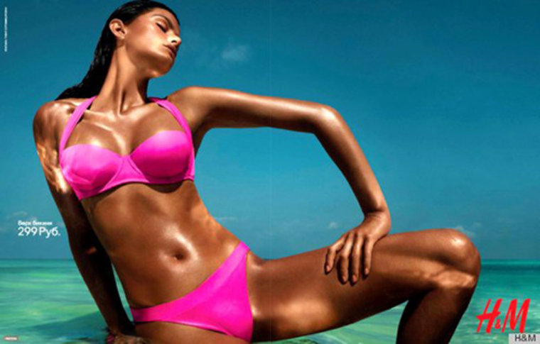 The ad shows the olive-skinned Isabeli Fontana deeply bronzed.