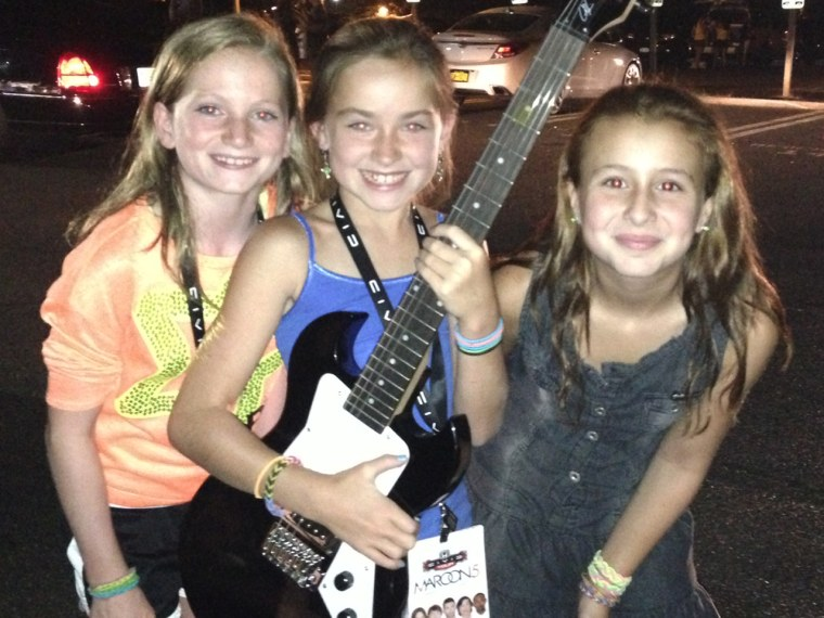 Image: Girls with Maroon 5 guitar