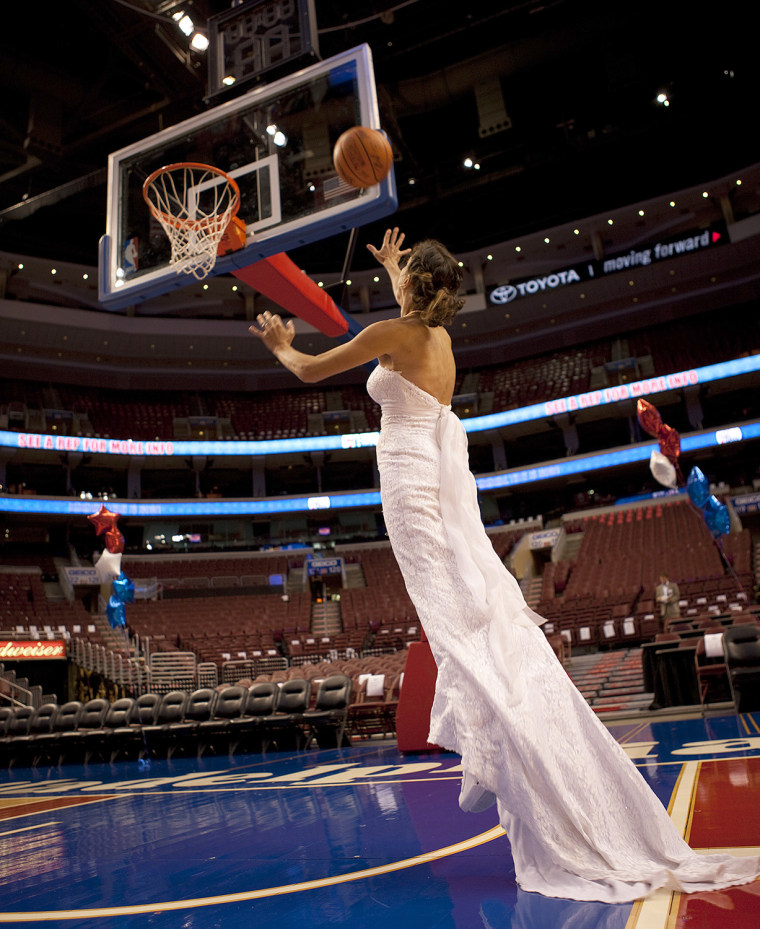 Jennifer wore the dress on the Philadelphia Sixers' basketball court.