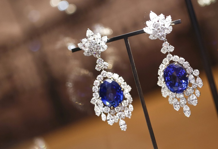 Jewelry may seem like a good gift for the boss, but experts say it has plenty of potential pitfalls: Too personal, to pricey and too likely to be misinterpreted.