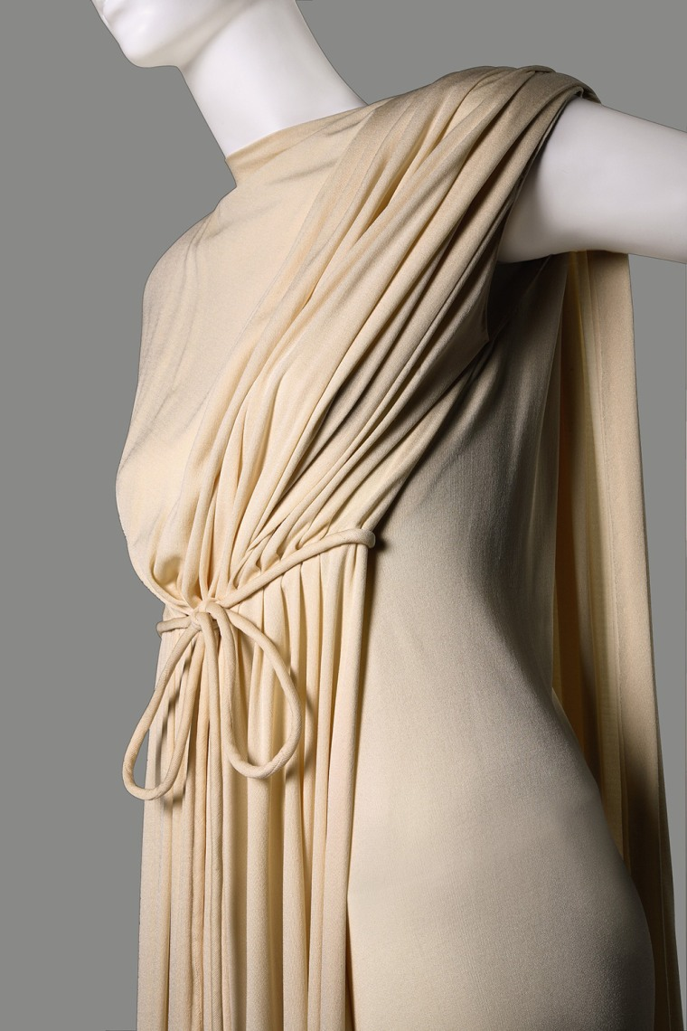 Helen Rose: traje do filme de comédia musical High Society; manto branco de boudoir de jersey de comprimento total