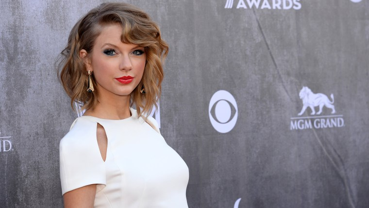 Taylor Swift arrives at the 49th annual Academy of Country