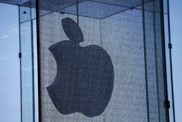 Apple shares tumble 8% on cloudy outlook after earnings report