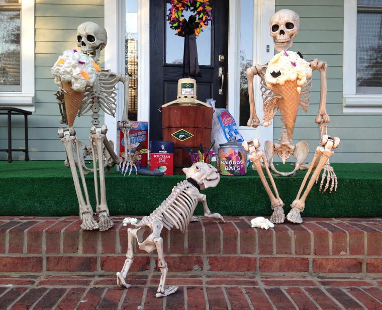 IMAGE: Skeletons eat ice cream