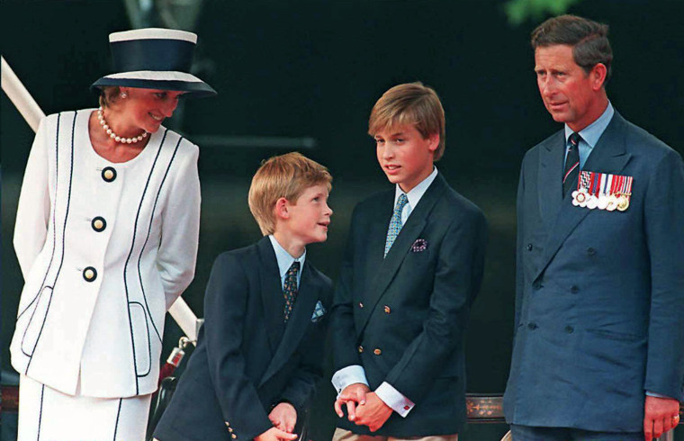Princess Diana (L), Prince Harry, (2nd L) Prince William (2nd R) and Prince Charles (R) gather for the commemorations of VJ Day, 19 August 1995 in Lon...