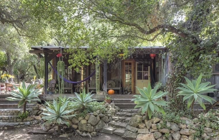 Daryl Hannah puts her Malibu retreat on the market