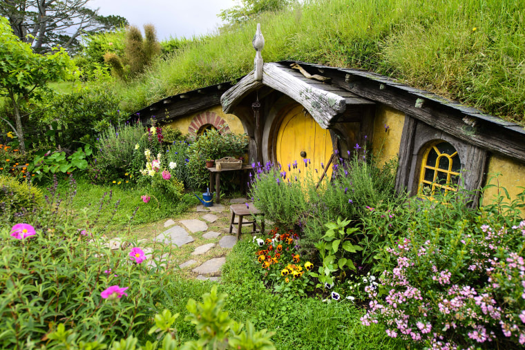 The Hobbiton Movie Set Features 44 Hobbit Holes Built For Peter Jackson S Movies Ian J Bro Today