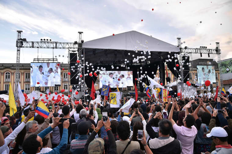 Image: TOPSHOT-COLOMBIA-CONFLICT-PEACE-CELEBRATIONS