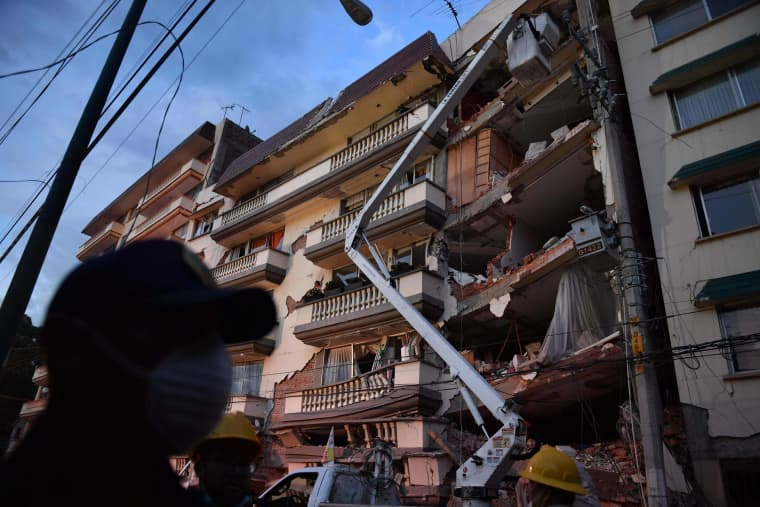 Image: Rescuers observe a damaged building in Mexico City