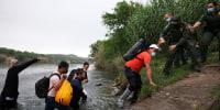 Image: Migrants cross the border in Del Rio, Texas