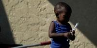 Muchas familias migrantes de Haití huyen de la isla hacia distintos países del continente americano en condiciones que los vuelven vulnerables ante grupos delictivos. En esta imagen, un niño espera para solicitar asilo en un campamento improvisado en la frontera de Estados Unidos, en El Rio, Texas, a finales de septiembre.