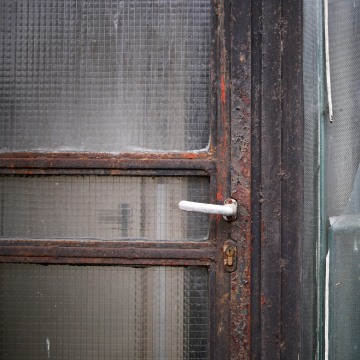 Image: A broken window at the border crossing between Austria and Hungary near Rattersdorf
